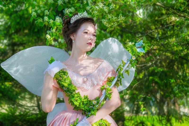 Una muchacha en una imagen del hada-cuento de una reina de hadas imagen de archivo libre de regalías