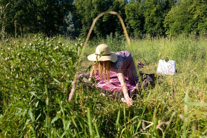 Una muchacha en la naturaleza separa un velo fotografía de archivo