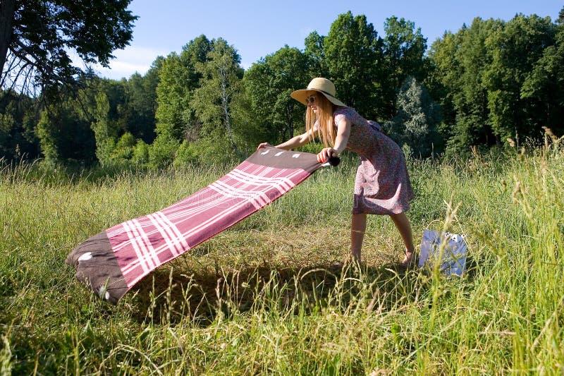 Una muchacha en la naturaleza separa un velo imagen de archivo libre de regalías