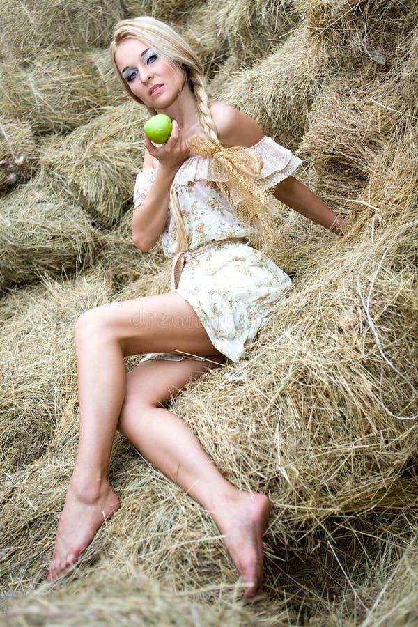 Una muchacha en la paja foto de archivo libre de regalías