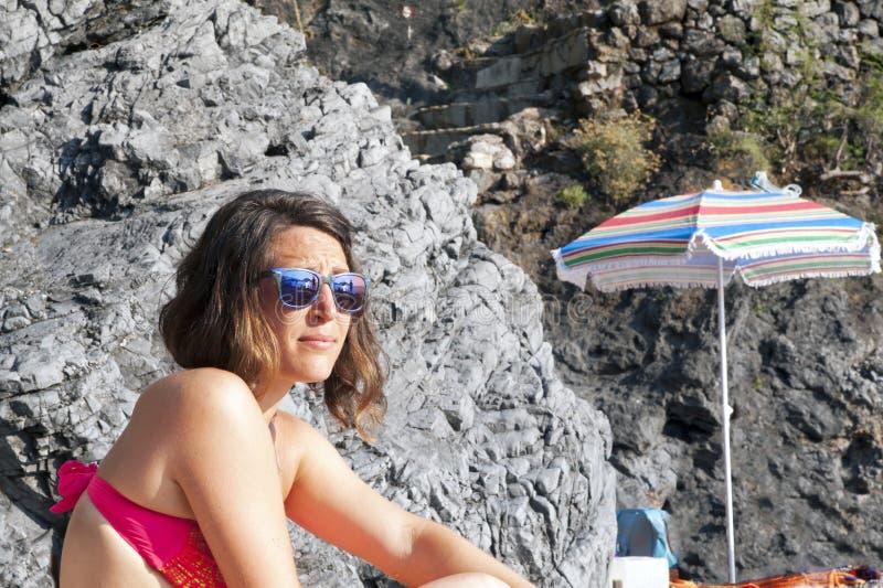 Una muchacha en la playa foto de archivo