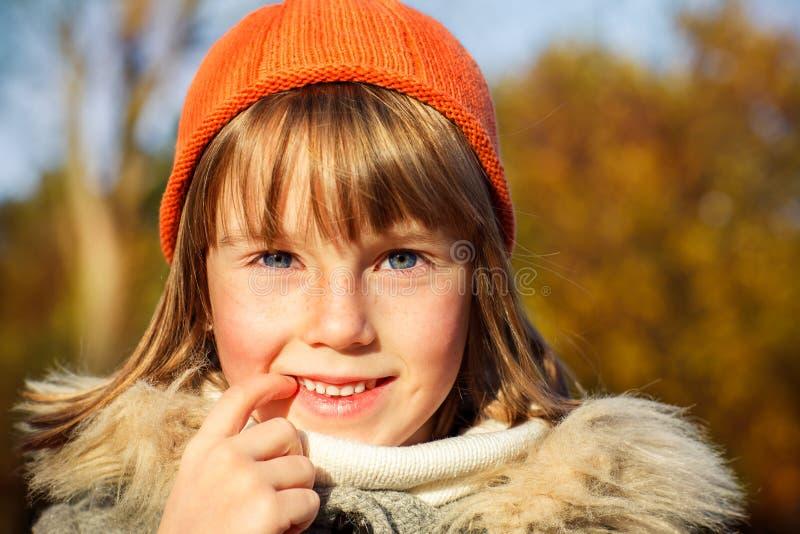 Una muchacha en sombrero anaranjado imagenes de archivo