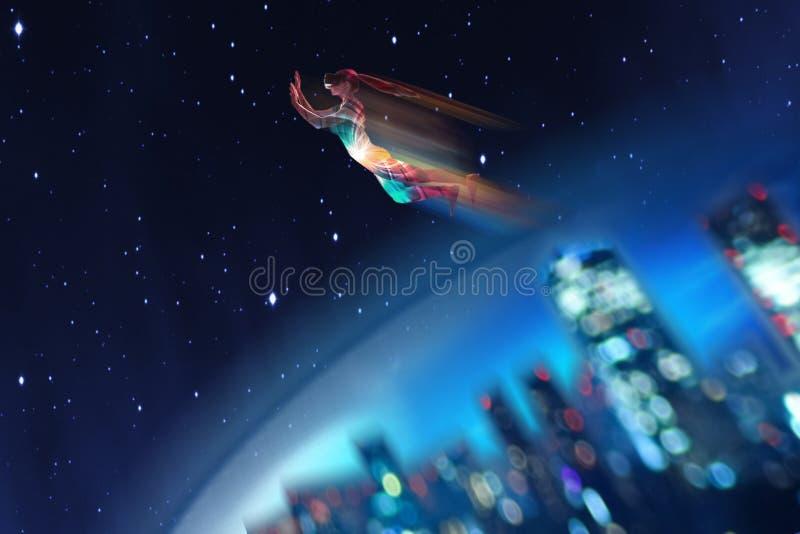 Una muchacha en sueños de los vidrios de la realidad virtual que ella está volando Concepto de tecnologías modernas y tecnologías fotos de archivo libres de regalías
