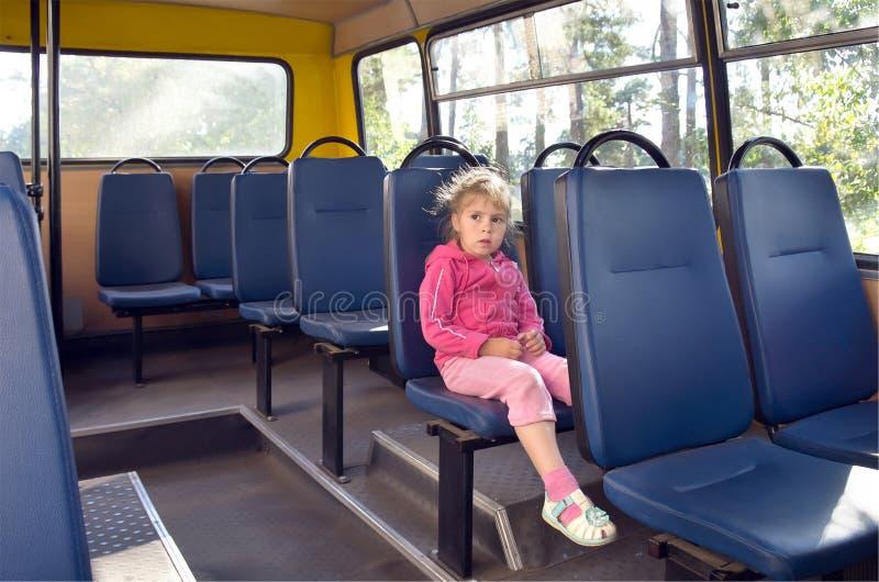 Una muchacha en un omnibus. imagen de archivo