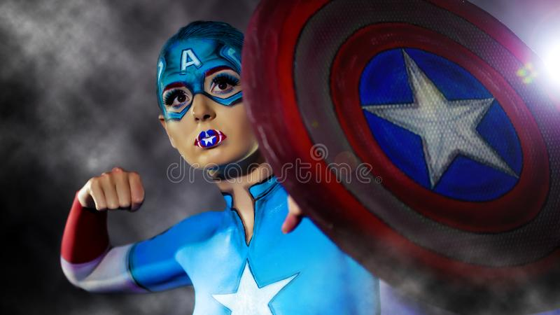 Una muchacha encantadora con el arte de cuerpo de capitán America imágenes de archivo libres de regalías