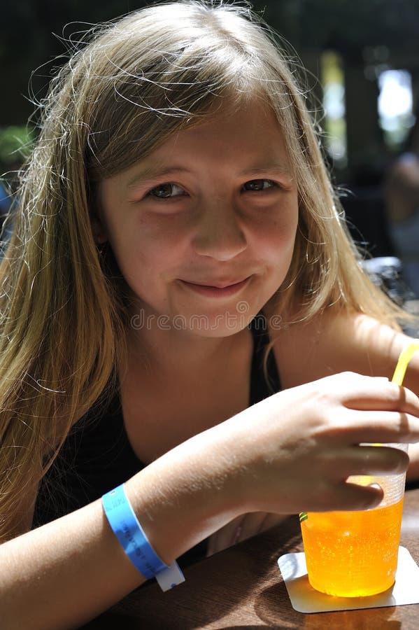Una muchacha está bebiendo un cóctel imágenes de archivo libres de regalías