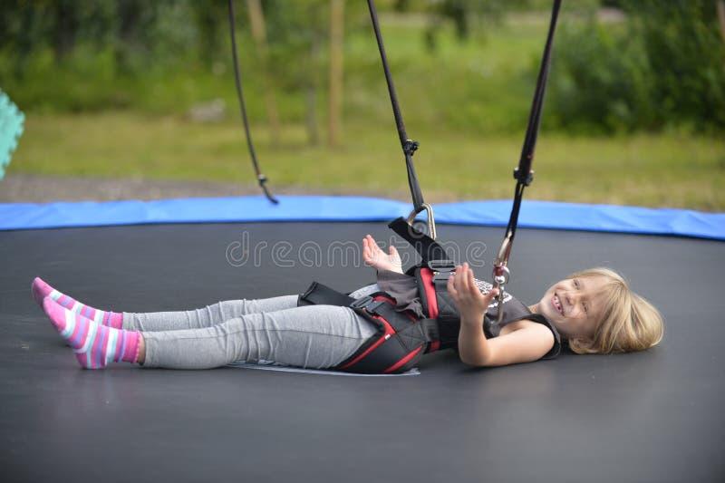 Una muchacha está haciendo el salto en la atracción de salto fotos de archivo libres de regalías