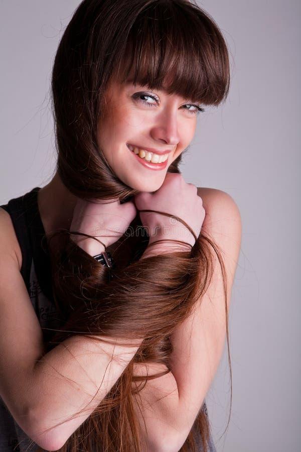 Una muchacha hermosa con el pelo largo fotografía de archivo libre de regalías
