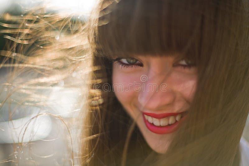 Una muchacha hermosa con el pelo largo fotos de archivo