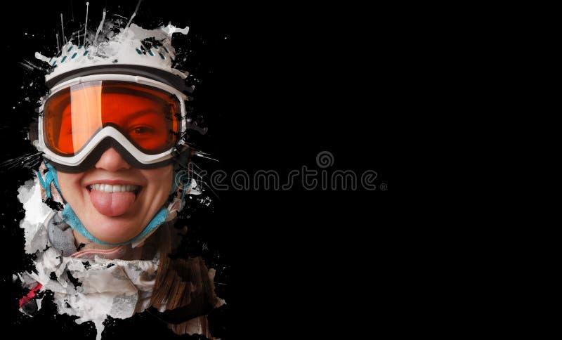 Una muchacha joven de la snowboard que llevaba un casco y los vidrios pusieron hacia fuera su lengua En un fondo negro imagen de archivo