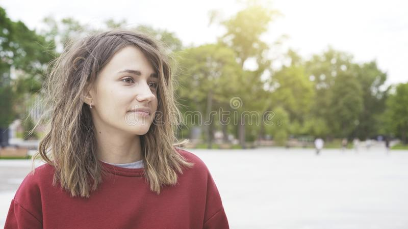 Una muchacha morena bonita linda joven al aire libre por la mañana fotos de archivo