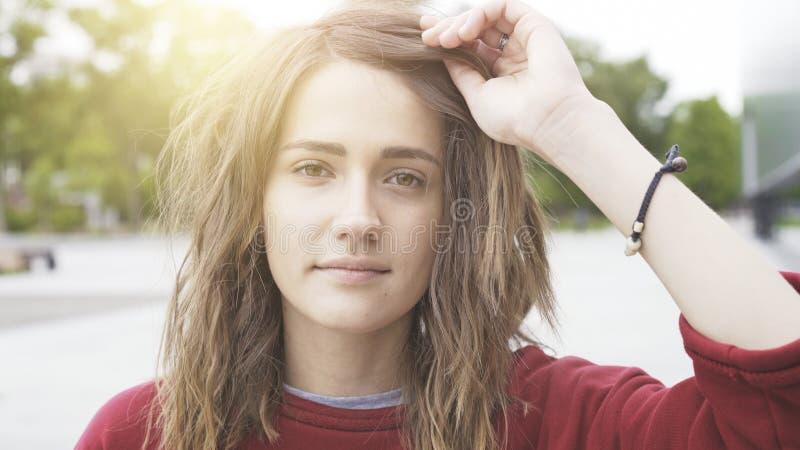 Una muchacha morena casual linda joven al aire libre por la mañana foto de archivo