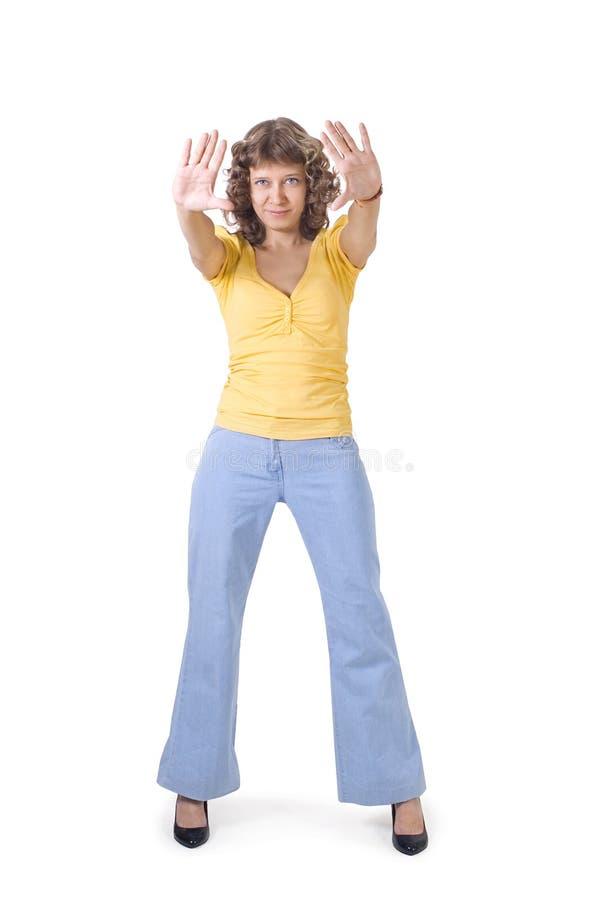 Una muchacha muestra un gesto de imagen de archivo