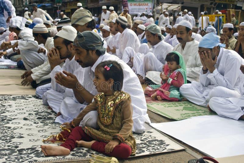 Una muchacha musulmán en el rezo de Eid fotos de archivo libres de regalías