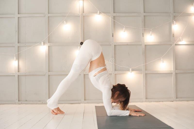 Una muchacha practica yoga en un primer texturizado brillante del estudio Meditación, mujer, yoga, asanas, relajación foto de archivo libre de regalías
