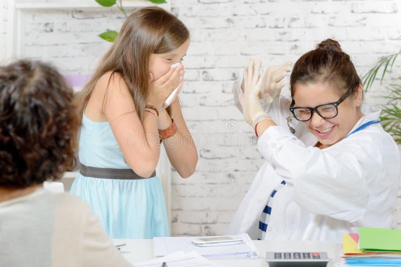 Una muchacha que estornuda fotografía de archivo libre de regalías