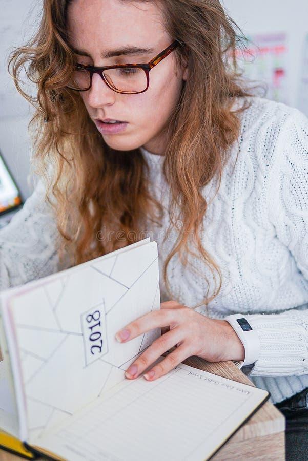 Una muchacha que trabaja en su escritorio fotografía de archivo