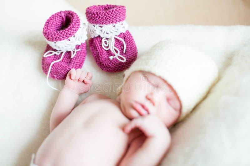 Una muchacha recién nacida del bebé que miente en una manta suave foto de archivo