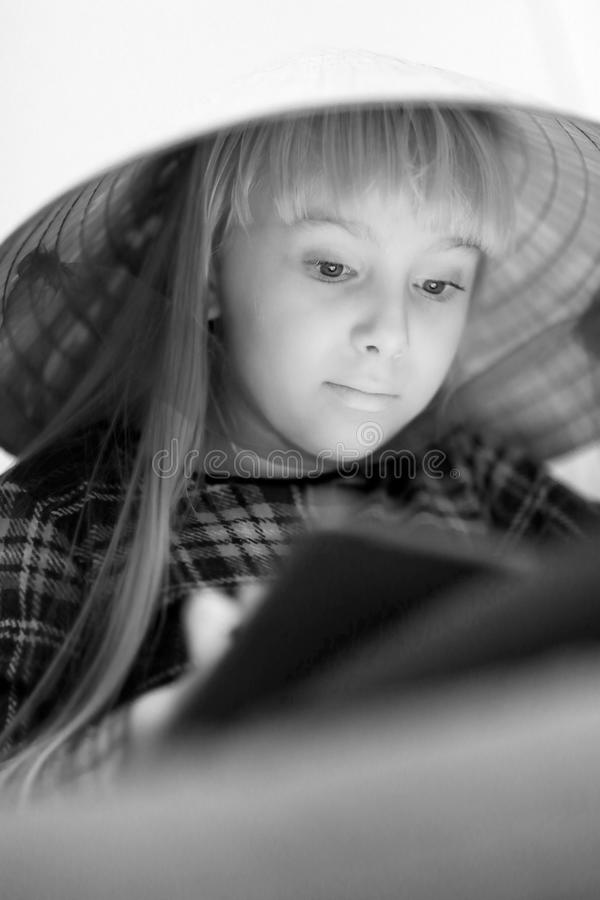 Una muchacha rubia linda en un sombrero de paja grande imágenes de archivo libres de regalías