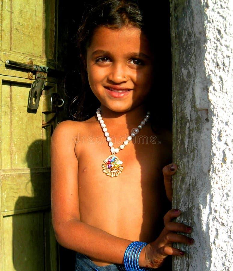Una muchacha rural con sus alrededores naturales fotos de archivo