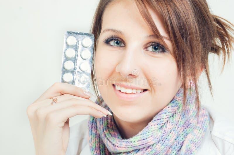 Una muchacha sosteniendo píldoras fotos de archivo libres de regalías