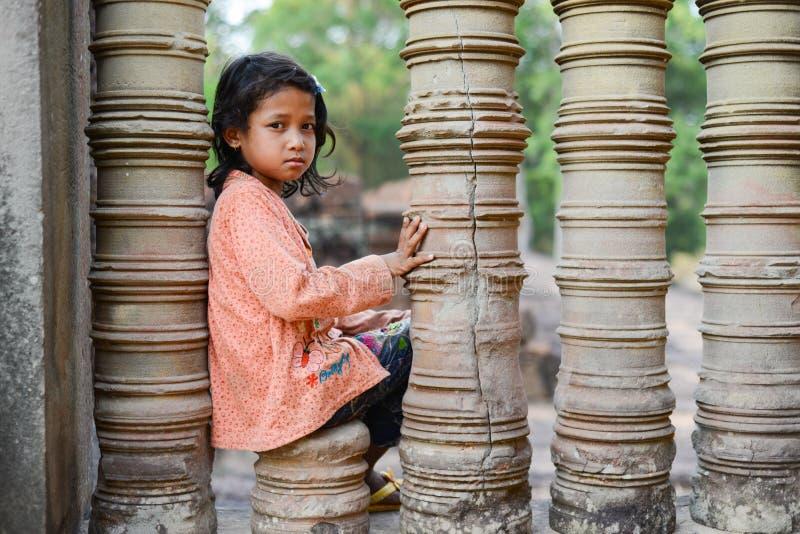 Una muchacha tímida en el templo de Angkor Wat fotos de archivo libres de regalías