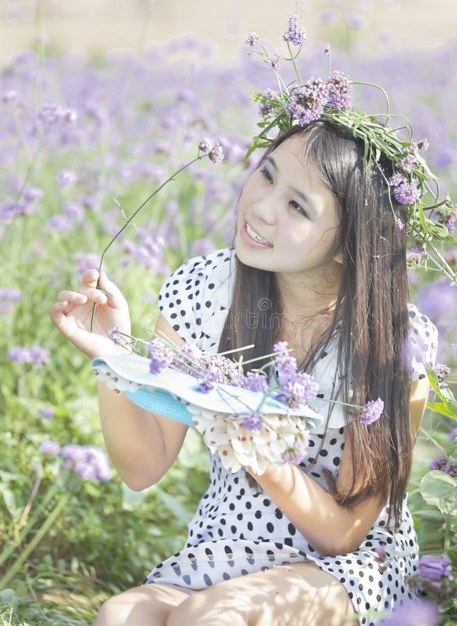 Una muchacha y una flor fotografía de archivo libre de regalías