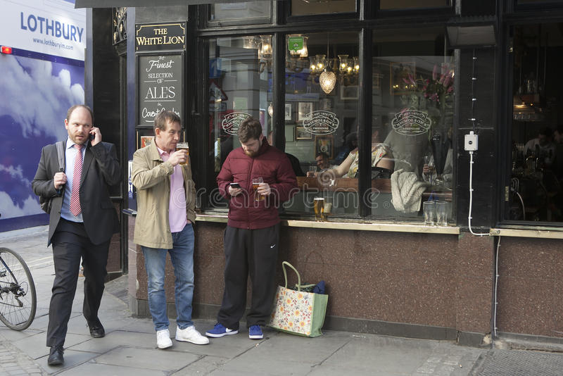 una muchedumbre abigarrada de Londres del este que bebe una cerveza fuera del pub fotos de archivo libres de regalías