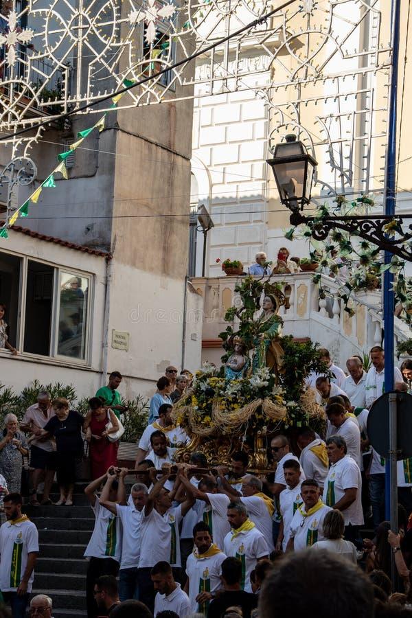 Una muchedumbre de frunce fiel fuera de la iglesia para la procesión del santo patrón de la ciudad, Sant 'Ana fotos de archivo