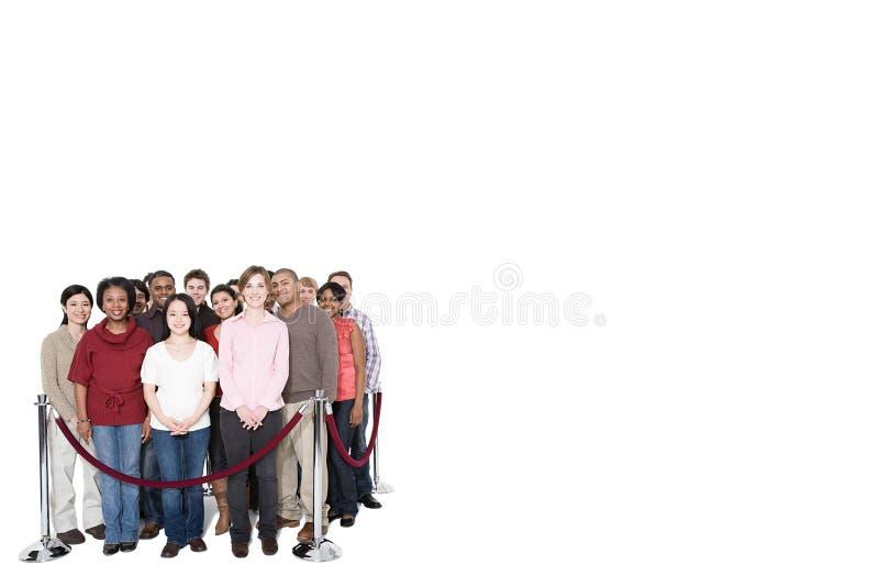 Una muchedumbre detrás de una barrera imagenes de archivo