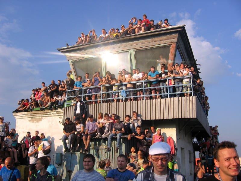 Una muchedumbre grande de gente recolectada esperando el espectáculo para mirar fotografía de archivo libre de regalías