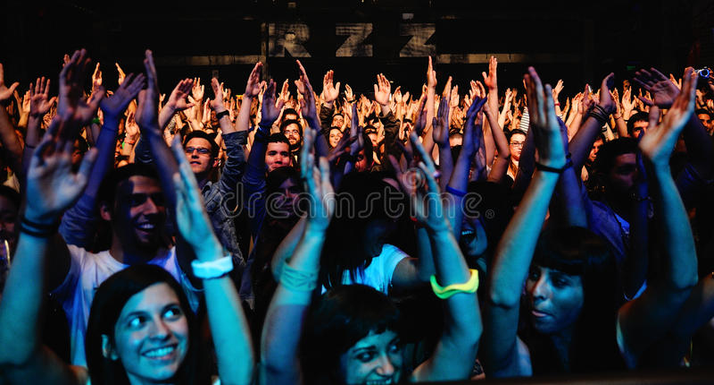 Una muchedumbre grande de las fans de la banda simple del plan, gritos de los adolescentes en el Razzmatazz foto de archivo