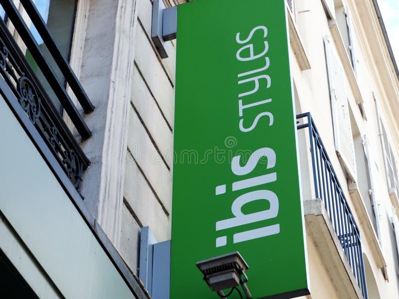 Una muestra al aire libre indica un hotel de los estilos de Ibis foto de archivo