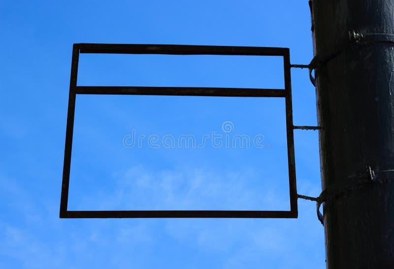 Una muestra de publicidad rectangular en blanco que enmarca un fondo del cielo azul imágenes de archivo libres de regalías