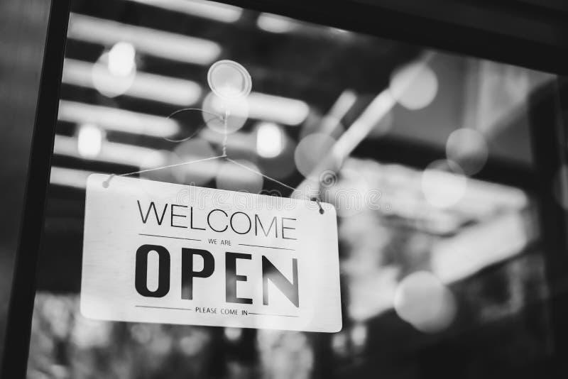 Una muestra del negocio que dice el 'Open' en el café foto de archivo