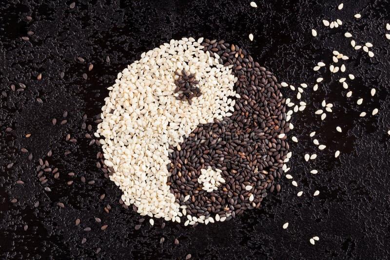 Una muestra del yin yang de las semillas del sésamo blanco y negro fotografía de archivo libre de regalías