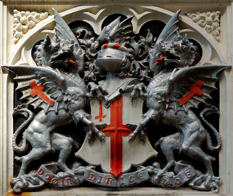 Una muestra inglesa con los dragones y el casco foto de archivo libre de regalías