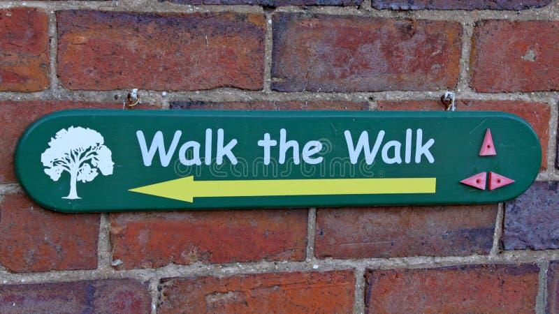 Una muestra que dice a visitantes que manera de caminar en el arboreto de Arley en la región central de Inglaterra en Inglaterra imagen de archivo