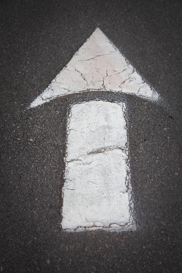 Una muestra recta en el camino en el estacionamiento foto de archivo