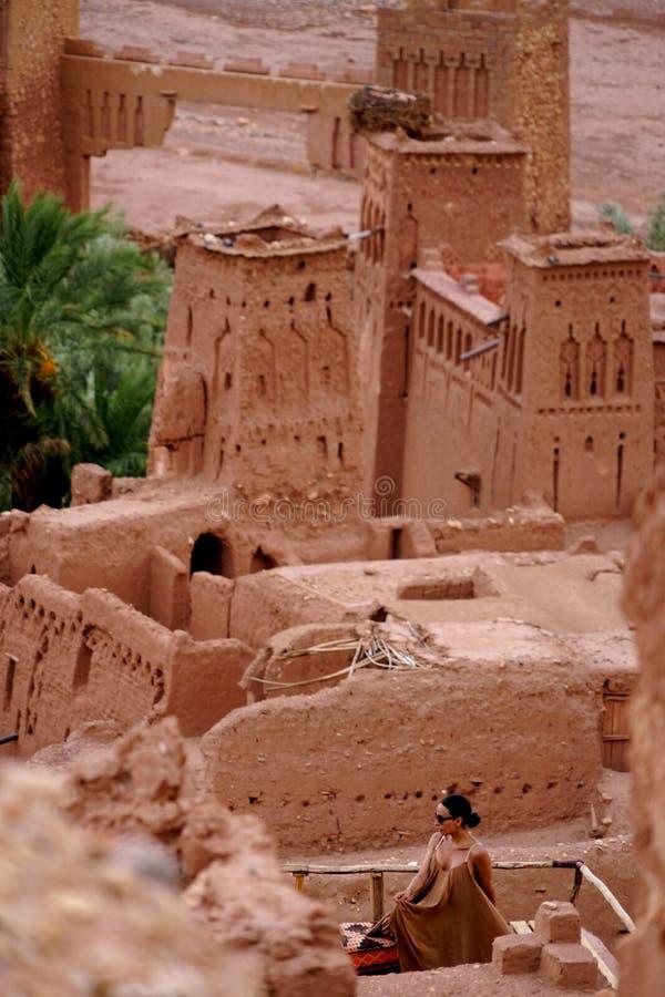 Una mujer árabe fascinadora fotografió en Aït Benhaddou en Marruecos imagenes de archivo