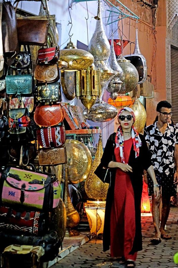 Una mujer árabe hermosa en el souk de Marrakesh imagen de archivo