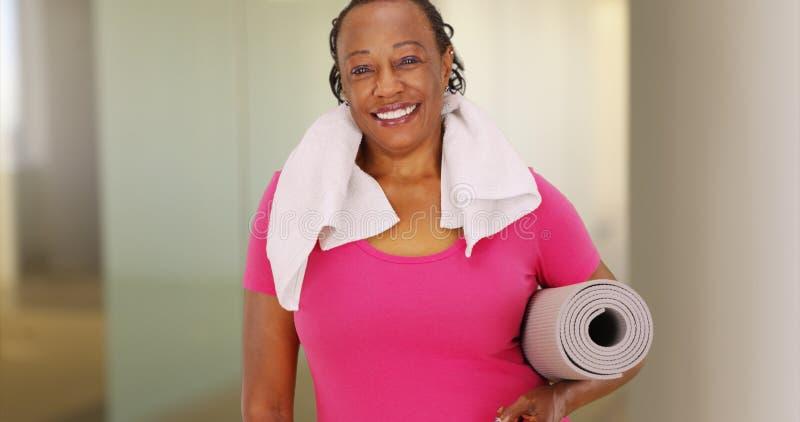 Una mujer afroamericana mayor presenta para un retrato después de su entrenamiento imagen de archivo libre de regalías
