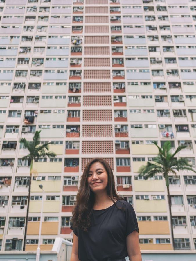 Una mujer asiática hermosa con los colores de pastel del estilo del vintage que construyen en Hong Kong fotos de archivo