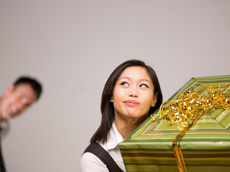 Una mujer asiática y un regalo foto de archivo