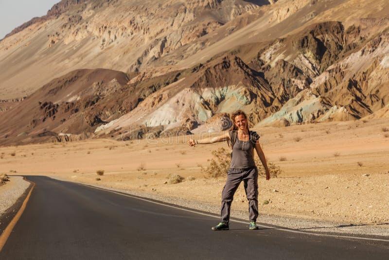 Una mujer autodidacta caminando por una carretera en Estados Unidos fotografía de archivo