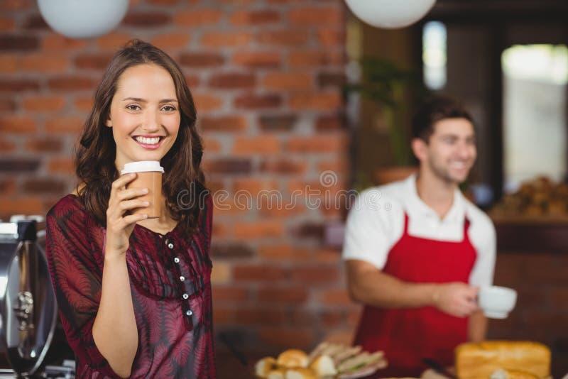 Una mujer bonita que bebe un café fotos de archivo libres de regalías