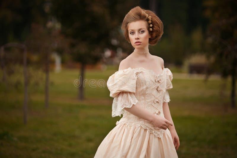 Una mujer como una princesa en una alineada de la vendimia fotos de archivo libres de regalías