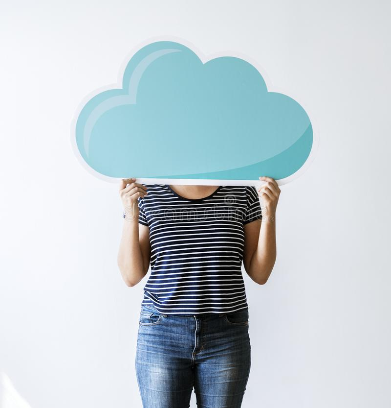 Una mujer con la red de la nube imagenes de archivo