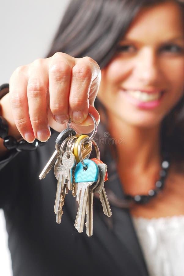 Una mujer con los claves fotografía de archivo