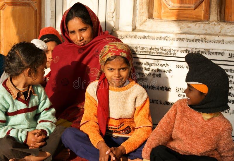 Una Mujer Con Sus Niños En Amritsar, La India Imagen de archivo editorial